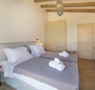 Twin room with plenty of space and storage for your holiday in Villa Frydi, Karavomilos, Kefalonia, Greek Islands