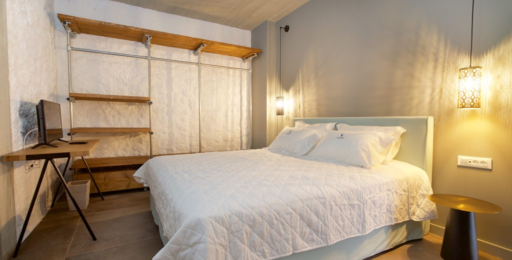 Bedroom with double bed and plenty of room for your belongings inside Villa Vivere, Assos, Kefalonia